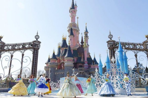 disneyland-paris-attraction-theatre-du-chateau-l-etincelante-valse-des-princesses-une-valse-de-conte-de-fees-avec-les-pr